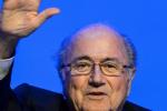 Müsste eigentlich gar nicht mehr arbeiten, mag aber farbige Umschläge: Sepp Blatter.