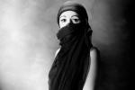 Schockt heute die Leser des grössten Boulevardblatts: Aisha (18). Für die Zeitung besonders bitter: Aisha ist noch nicht mal Mitglied einer radikalen Gruppe, muss weder putzen gehen noch wird sie von ihrem Mann geschlagen.