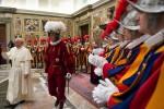 Franziskus macht sich über die Niederlage der Schweizer Nati lustig. Sein Spitzname im Vatikan: «Pointen»fex. Bild: AP/L' Osservatore Romano