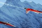 Das droht der Schweiz bald: Ein Thurgauer Pilot (oben), der die Befehle des Genfer Chefs (unten) nicht versteht und dann einen Chabis zusammenfliegt. Bild: KEYSTONE