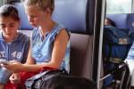 Den beiden Mädchen ist anzusehen, wie unglücklich sie mit ihren Handys sind. Das liegt allerdings nicht daran, dass es keine Smartphones sind. Ihre Eltern haben die Menüführung der Nokia-Fossilien auf Arabisch umgestellt.  bild: keystone