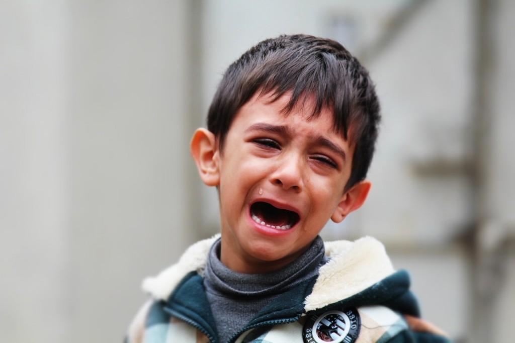 Herzerweichend, wie der kleine Reda weint. Und er hat auch allen Grund dazu. Er wurde von seinem Vater geschlagen, gleich zwei Mal. Im Schach und bei einer Runde Monopoly. Also wer im Glücks- und auch im Strategiespiel versagt, der hat es einfach nicht besser verdient!