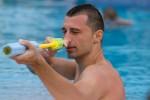 Glenn H. bespritzt vom Pool aus Touristen, die mit Badetüchern ihre Liegen reservieren.