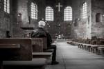 Sitzt schon seit Weihnachten und getraut sich nicht aufzustehen: Katholik.
