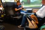 Dieser Mann trennt sich gerade per SMS von seiner Freundin. Dank geringerer Geschwindigkeit kein Problem.