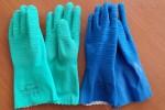 Verhindert sowohl beim Geschlechtsverkehr als auch beim Händeschütteln, Körperkontakt:  Gummi.