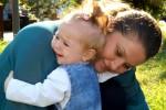 Daniela A. verabschiedet ihre Tochter mit einer letzten Umarmung.